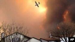 Cientos de bomberos intentaron detener las llamas sin éxito y las condiciones del tiempo agravan la situación