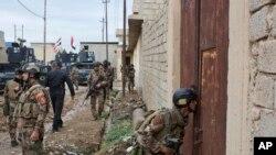 Pasukan khusus Irak bersiap menggeledah sebuah kompleks di Gogjali, sebuah distrik di sebelah timur kota Mosul, Irak, 2 November 2016. (AP Photo/Marko Drobnjakovic)