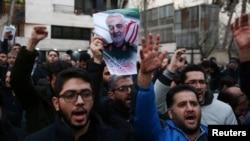 បាតុករអ៊ីរ៉ង់ស្រែកពាក្យស្លោកក្នុងពេលធ្វើបាតុកម្មប្រឆាំងនឹងការសម្លាប់ឧត្តមសេនីយ៍ Qassem Soleimani មេបញ្ជាការកងកម្លាំងពិសេស Quds នៅទីក្រុងតេហេរ៉ង់ ប្រទេសអ៊ីរ៉ង់ កាលពីថ្ងៃទី៣ មករា ២០២០។