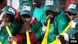 La demanda por las vuvuzelas, cuyo costo es de $5 dólares, está en aumento en Nueva Delhi.