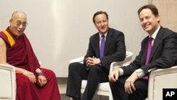 ອົງດາໄລ ລາມະ ພົບປະກັບນາຍົກລັດຖະມົນຕີ David Cameron ແຫ່ງອັງກິດ ທີ່ກຸງລອນດອນ. ວັນທີ 15 ພຶດສະພາ 2012.