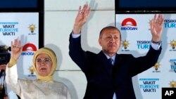 លោកប្រធានាធិបតីតួកគី Recep Tayyip Erdogan (រូបស្តាំ) និងភរិយារបស់លោកគឺលោកស្រី Emine បក់ដៃដាក់អ្នកគាំទ្រគណបក្សយុត្តិធម៌ និងអភិវឌ្ឍន៍របស់លោក នៅក្នុងក្រុងអង់ការ៉ា ប្រទេសតួកគី កាលពីថ្ងៃទី២៥ ខែមិថុនា ឆ្នាំ២០១៨។