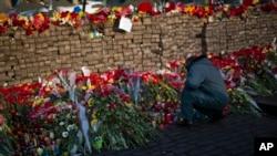 2月24日,基辅独立广场的一个路障上摆满鲜花