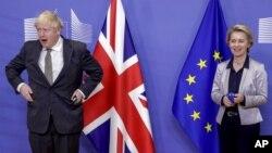 資料照:歐盟委員會主席烏爾蘇拉·馮德萊恩與英國首相鮑里斯·約翰遜