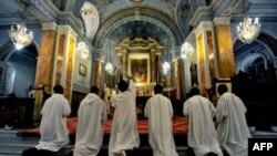 Giáo hội Công giáo đã bị chao đảo bởi hàng trăm vụ tố cáo các tu sĩ xâm phạm tính dục ở châu Âu và Hoa Kỳ