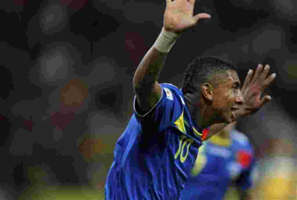 Juan Govea de Ecuador celebra tras anotar un punto frente a Australia, en partido del grupo C. Manizales, Colombia, 31 de julio de 2011.
