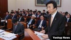 한국의 윤병세 외교부 장관이 30일 오전 국회에서 열린 외교통일위원회 전체회의에서 업무보고를 하고 있다.