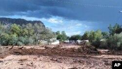 La mortal inundación se estrelló contra dos vehículos en los que murieron dos familias.