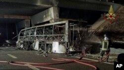 Cảnh sát Ý cho biết 16 thi thể cháy nám đen đã được lôi ra từ xác xe buýt bị nạn, 21/01/2017.