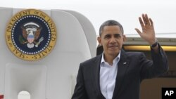 奥巴马11月3日抵达俄亥俄州克里夫兰机场时挥手致意