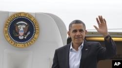 奥巴马乘空军一号抵达俄亥俄州克里夫兰机场时挥手致意