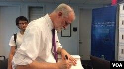 狄忠蒲教授在签名售书