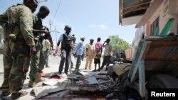 Tentara Somali di lokasi ledakan bom di ibukota Mogadishu (3/5).