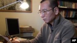 視頻截圖顯示劉曉波在家裡閱讀一個文件(2008年1月6日)
