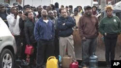 Warga di Brooklyn, New York antri di SPBU untuk mendapatkan BBM yang menjadi barang langka di New York pasca badai Sandy.
