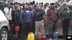 Una multitud se reune en una gasolinera en Brooklyn, Nueva York. La tormenta Sandy también tuvo efecto en el bajón del precio de la gasolina.