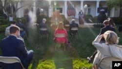 Para wartawan mendengarkan konferensi pers Presiden Donald Trump sambil menerapkan jarak aman di Gedung Putih, Washington, 15 April 2020.