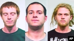 Los acusados fueron identificados (de izquierda a derecha) como Brian Church, Jared Chase y Brent Betterly.