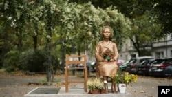 Patung yang didedikasikan untuk penghormatan bagi para perempuan Korea yang menjadi budak seks Jepang selama Perang DuniaII, di kawasan pemukiman di Berlin pusat, Jerman, Jumat, 9 Oktober 2020. (Foto: AP Photo/Markus Schreiber)
