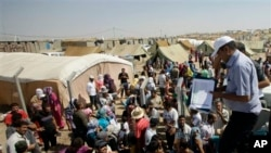 Người tị nạn Syria chờ nhận thực phẩm cứu trợ tại trại Dahuk cách thủ đô Baghdad của Iraq khoảng 430 km về hướng tây bắc (ảnh tư liệu).