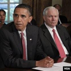 Presiden Barack Obama dan Menteri Pertahanan Robert Gates dalam sebuah rapat kabinet mengenai strategi di Afghanistan (foto: dok).