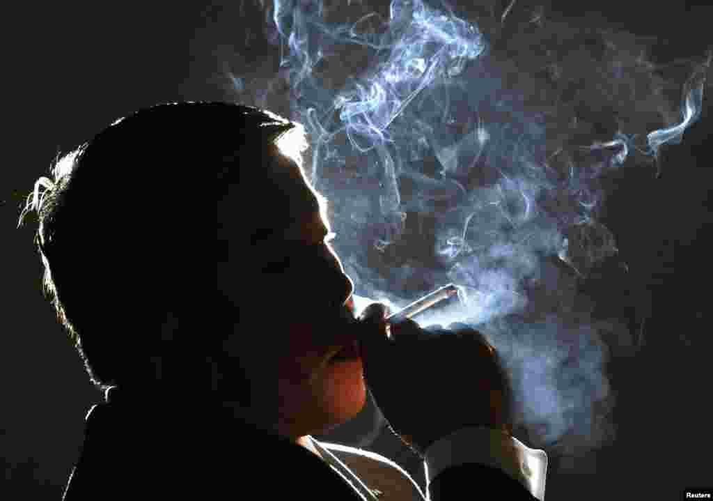 جاپان ٹوبیکو کے مالک ہیروشی کیمیورا ایک انٹرویو کے دوران سگریٹ پیتے ہوئے۔