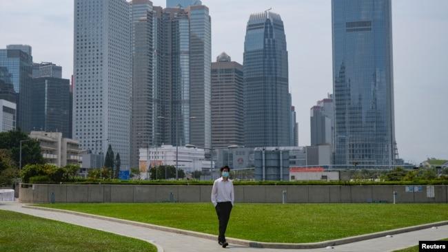 一名戴着口罩的男子行走在空空荡荡的香港金融区。(2020年3月27日)