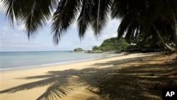 Bakin gabar teku a Bombom, tsibirin Principe na Tarayyar Tsibiran Sao Tome da Orincipe mai kallon mashigin ruwan Guinea, dab da Najeriya, inda yanzu fashi cikin teku yake karuwa.