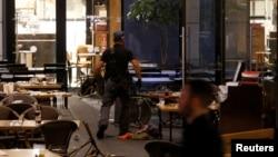 """ماموران پلیس اسرائیل در یکی از رستوران های بازار """"شارونا"""" که دست کم دو مهاجم چهارشنبه شب به سوی آن تیراندازی کردند"""