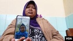 Hestiwartini menunjukkan foto putri tunggalnya, Yasinta Bunga Maharani. Bunga adalah satu dari 10 korban tewas dalam kegiatan susur sungai oleh Pramuka SMP N 1 Turi, Sleman pada Jumat, 21 Februari 2020. (Foto: Nurhadi Sucahyo/VOA)