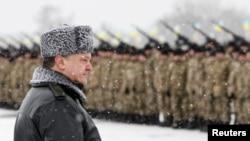 Tổng thống Ukraine Petro Poroshenko tham dự một buổi lễ giao vũ khí, thiết bị quân sự, và máy bay cho quân đội tại một trường bắn bên ngoài Zhytomyr 5/1/2015.