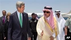 ABD Dışişleri Bakanı John Kerry, Cidde'de Suudi Arabistan Dışişleri Bakanı Suud el-Faysal tarafından karşılanırken