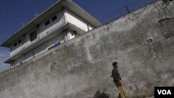 Un policía paquistaní junto a la casa donde fue muerto Osama Bin Laden.