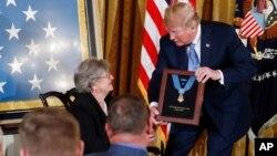 Президент Трамп вручает Медаль Почета вдове первого (старшего) лейтенанта Гарлина Мерла Коннера, Паулине Коннер