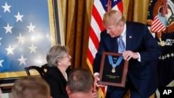 """川普總統在白宮東室把""""榮譽勳章""""授予二戰期間英勇戰鬥的格爾林·康納中尉。康納的遺孀葆琳·康納代表已故的丈夫接受勳章。(2018年6月26日)"""