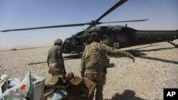 Des militaires américains transportent un soldat blessé dans la province d'Helmand, en Afghanistan, le 6 septembre 2011.