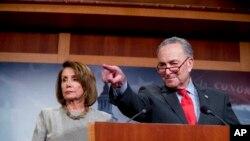 """""""Avec cet accord, nous aspirons à éviter un nouveau +shutdown+ du gouvernement, qui est si dommageable"""", ont réagi dans un communiqué commun la présidente démocrate de la Chambre des représentants Nancy Pelosi et le chef de la minorité démocrate au Sénat Chuck Schumer."""