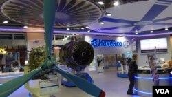 2013年8月莫斯科航展上的烏克蘭扎波羅熱西奇飛機發動機公司展台。俄羅斯官員透露,中國與俄羅斯計劃聯合研製的重型直升機考慮採用西奇公司的發動機。 (美國之音白樺拍攝)