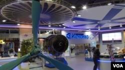 2013年8月莫斯科航展上的乌克兰扎波罗热西奇飞机发动机公司展台。俄罗斯官员透露,中国与俄罗斯计划联合研制的重型直升机考虑采用西奇公司的发动机。(美国之音白桦拍摄)