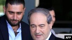 Thứ trưởng Ngoại giao Syria Faisal Mekdad (phải) rời khỏi khách sạn tại Damacus, nơi cư ngụ của các chuyên gia hóa học thuộc Tổ chức Cấm Vũ khí Hóa học ngày 15/4/2018.