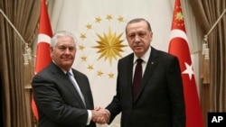 El presidente de Turquía, Recep Tayyip Erdogan (derecha) y el secretario de Estado de EE.UU., Rex Tillerson, se reunieron en Ankara, Turquía, el jueves, 15 de febrero de 2018.