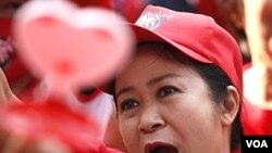 Seorang aktivis perempuan Thailand turut berdemo bersama di perempatan Ratchaprasong di Bangkok, Kamis (19/5).