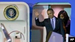 Tổng thống Mỹ Barack Obama bước ra từ Air Force One cùng Đệ nhất phu nhân Michelle Obama tại sân bay quốc tế Buenos Aires sáng 23/3/2016.
