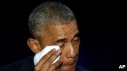 Rais Barack Obama akifuta machozi alipokua anatoa hotuba yake ya mwisho huko McCormick Place, Chicago, Jan. 10, 2017.