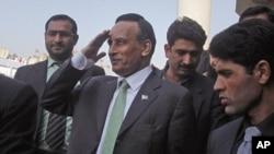 巴基斯坦前任駐美國大使侯賽因•哈卡尼(中)(資料圖片)