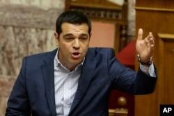 ນາຍົກລັດຖະມົນຕີ ກຣິສ ທ່ານ Alexis Tsipras ຕອບຄຳຖາມຕ່າງໆນາໆ ຂອງຝ່ານຄ້ານ ໃນສະພາ ຢູ່ໃນນະຄອນຫຼວງ Athens, ວັນທີ 31 ກໍລະກົດ 2015.