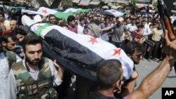 Ljudi nose telo osobe ubijene u borbama u Alepu