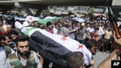 人们肩扛阿勒颇牺牲者的遗体
