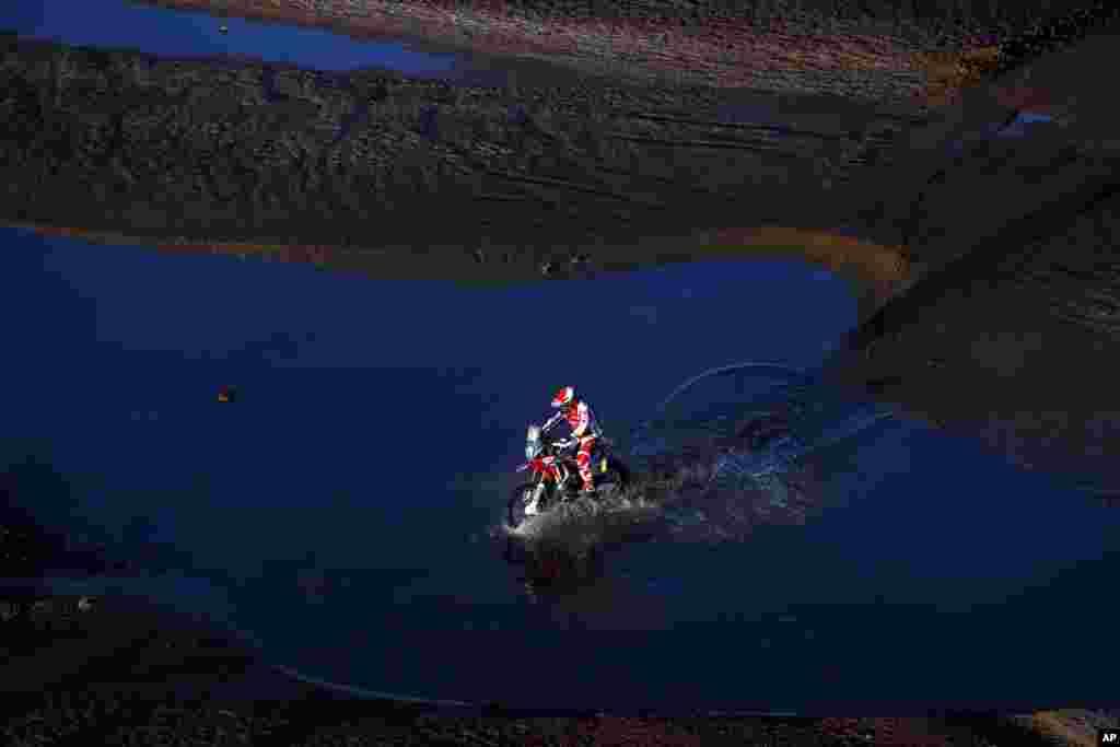 កីឡាករប្រណាំងម៉ូតូ Honda ឈ្មោះ Paulo Goncalves របស់ព័រទុយហ្គាល់ ជិះម៉ូតូរបស់លោកក្នុងវគ្គទី៧នៃការប្រកួត Dakar Rally ប្រចាំឆ្នាំ២០១៦ កាលពីថ្ងៃទី៩ ខែមករា ឆ្នាំ២០១៦។