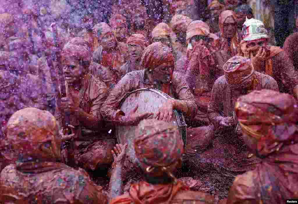مردان ملبس به لباسهای رنگين در مراسم جشن و سرور موسوم به «لاتمار هولی» در نانگائون، در ايالت شمالی اوتارپرادش، ترانه های مذهبی میخوانند – ۹ اسفند ۱۳۹۳ (۲۸ فوريه ۲۰۱۵)
